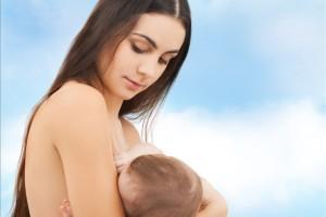 Maminka kojí dítě